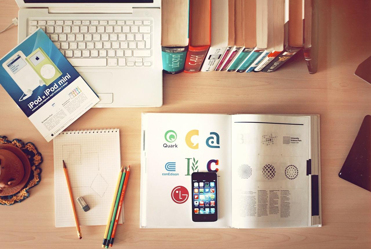 机の上の教科書と携帯電話