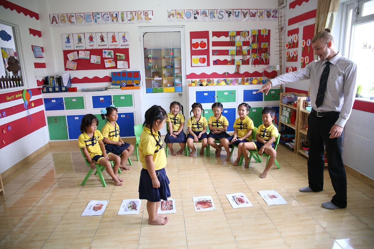 教室で授業に参加する子供たち